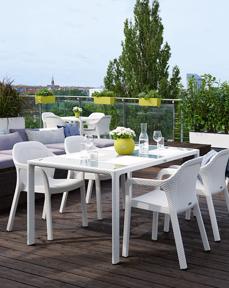 LECHUZA furniture: large dining table with four white chairs